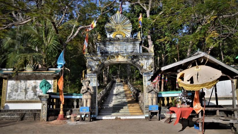 809 gradini per il paradiso: salire a piedi a PhnomSantuk